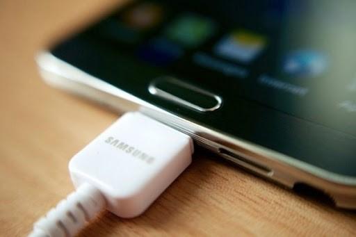 گوشی موبایل سامسونگ خاموش شده متصل به شارژر